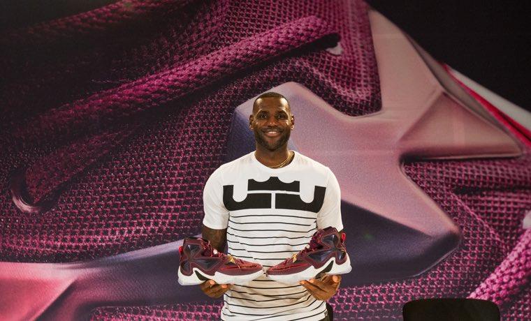 LeBron James presenta sus nuevas zapatillas LEBRON 13