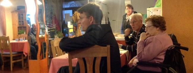 Jens Klingler spricht im Café am Ahornplatz über Neuschlößer Themen.