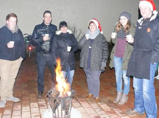 Die Aktionsgruppe Meute feiert mit ihren Gästen Weihnachten im Schlosshof.