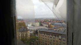 Blick auf die Neustadt durch zerbrochene Scheiben.