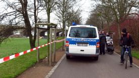 Das Ordnungsamt sperrte den Radweg am Rosengarten ab.
