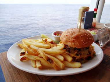Burger mit Sicht im Jimmy Buffett's Margaritaville at Sea