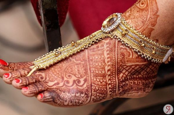 Absolutely love this pic, had searched for leg thongs high and low for my wedding and found the perfect pair! Amazing click by @rhythmicfocus #indianbride #indianwedding #wedding #bridal #photography #weddingphotography #newlovemakeup #indianbridaldiaries #mumbaibridaldiaries #mumbaibride #bridaldiaries #love #mehendi #heena #payal #jewellery #accessories #weddingjewelry #gold #anklet #legthong #india #mumbai #ig_India #bombay #instafollow