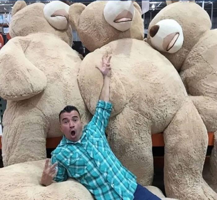 Αυτός ο τεράστιος αρκούδος έχει «τρελάνει» τη μικρή αλλά και το διαδίκτυο