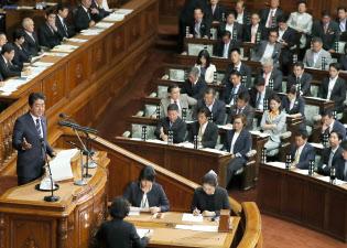 衆院本会議で所信表明演説をする安倍首相(26日)