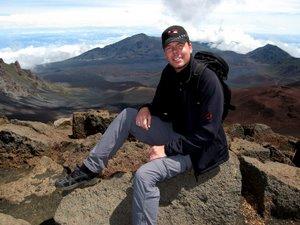 Michi auf dem Krater des Haleakala Vulkans, Maui (Hawaii). Foto: www.nikkiundmichi.de