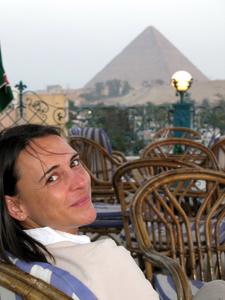 Sit like an egyptian: Nikki sitzt auf der Dachterrase des Mövenpick Pyramids und schaut auf die Cheops-Paramide: Foto: www.nikkiundmichi.de
