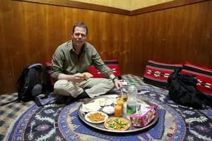 Michi speist traditionell auf dem Fußboden sitzend im Bin Ateeq Retaurant in Nizwa, Oman. Foto: www.nikkiundmichi.de