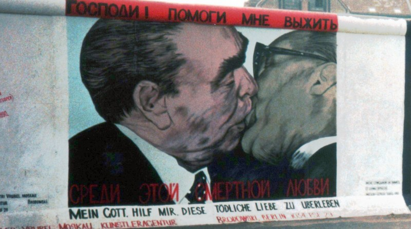 Segment_with_Graffiti_of_the_Berlin_Wall_(3_of_4)_(cropped)