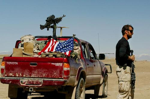 402395 04: A U.S. Special Forces soldier prepares to drive to Gardez in his specially equipped pick-up truck March 15, 2002 in Afghanistan. The Special Forces have been involved in Operation Anaconda in eastern Afghanistan to assist the hundreds of American and Canadian troops in the mountainous region to search for Taliban and Al-Qaeda fighters. (Photo by Paula Bronstein/Getty Images) 出典:http://www.uludagsozluk.com/k/toyota-sava%C5%9F%C4%B1/