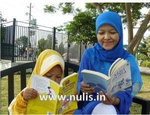 Sibontot Aisha walaupun belum bisa baca tapi suka baca-baca loh...
