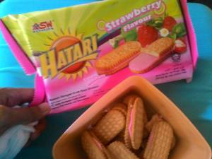 Hatari Cream Biscuits Strawberry Flavour : Rasa Sekedar Lumayan