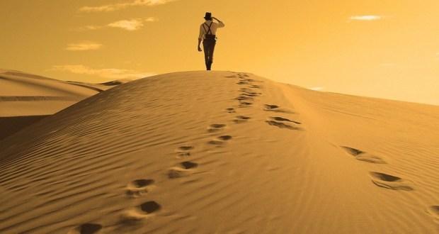 a_man_walking_in_desert_wallpaper-800x600