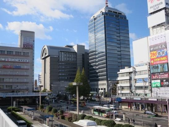 中央の建物が堺市役所(右)と堺区役所(左)、左の建物上部が議会棟になっている。