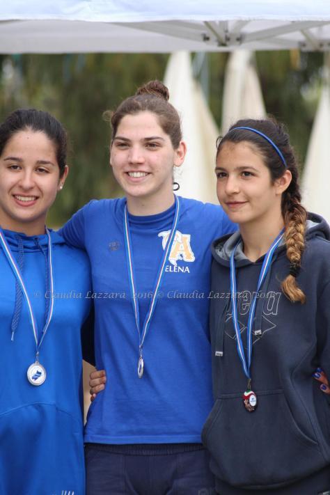 Triangolo del Poetto 2016 - podio assoluto maschile con Elena Cocco - Claudia Masala - Laura Sabiu - ph.C.Lazzara