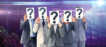 immagine-composita-dei-colleghi-di-affari-che-nascondono-il-loro-fronte-con-il-segno-del-punto-interrogativo-57817998