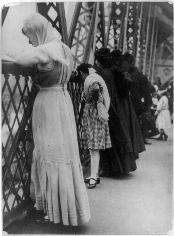 Jews Praying On Williamsburg Bridge in 1909. Courtesy of Library of Congress