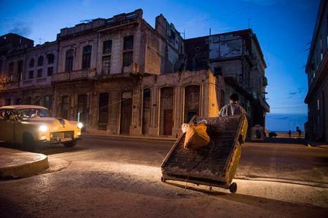 Students study art in Havana