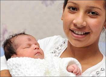 Kordeza e sua filha Violeta nascida quando ela estava vestida de noiva. (Foto: NIS Barcroft Pacific - publicada em http://www.newsoftheworld.co.uk/multimedia/archive/00063/mum11a_516x372_63639a.jpg)