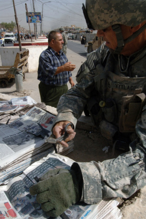 "Ein Beispiel für PSYOP: U.S. Army Sgt. 1st Class Ted Vytlacil, of Detachment 1080, 318th Psychological Operations Company, prepares to distribute the periodical ""Baghdad Now"" in the East Rashid region of Baghdad, Iraq, July 11, 2007. The periodical, which is put together by the 318th Psyop Co., has articles that discuss all manners of news from informing the public on global news as well as local issues, helping to legitimize the Iraqi forces that work with the United States, and any information regarding the security of the region. (U.S. Navy photo by Mass Communication Specialist David Quillen)"