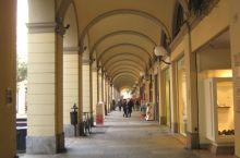 Sotto i portici di Tortona la zingara aggredisce il mendicante di colore che chiede l'elemosina