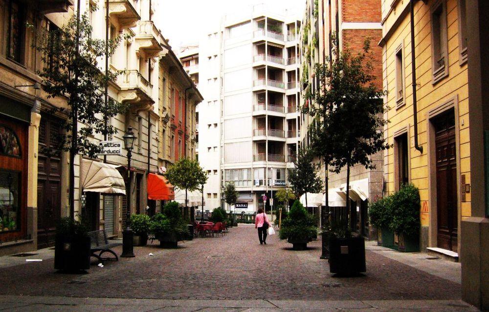 Tortona, straniero blocca una donna in via Carducci che non vuole dargli l'elemosina