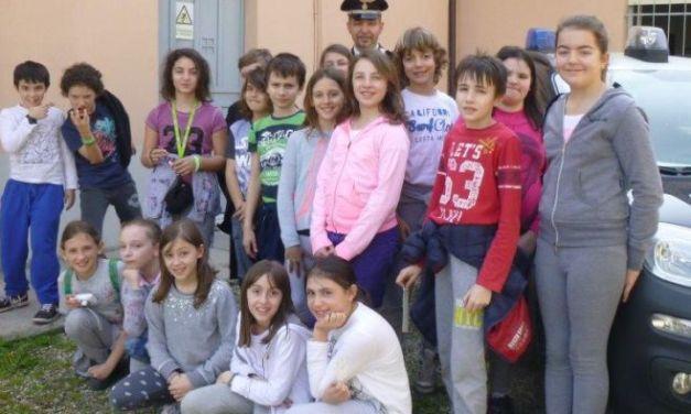 Rosignano, gli alunni delle elementari visitano la caserma dei carabinieri