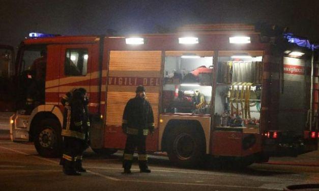 Grave incendio in una villa a Sale, brucia un garage, distrutte due auto, ingenti danni