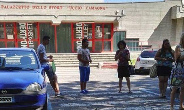 Venditori petulanti e forse abusivi davanti al palazzetto, i tortonesi protestano. Situazione intollerante?