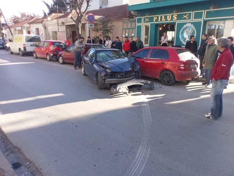 Δύο αυτοκίνητα συγκρούστηκαν στην Ηρώων Πολυτεχνείου (φωτό)