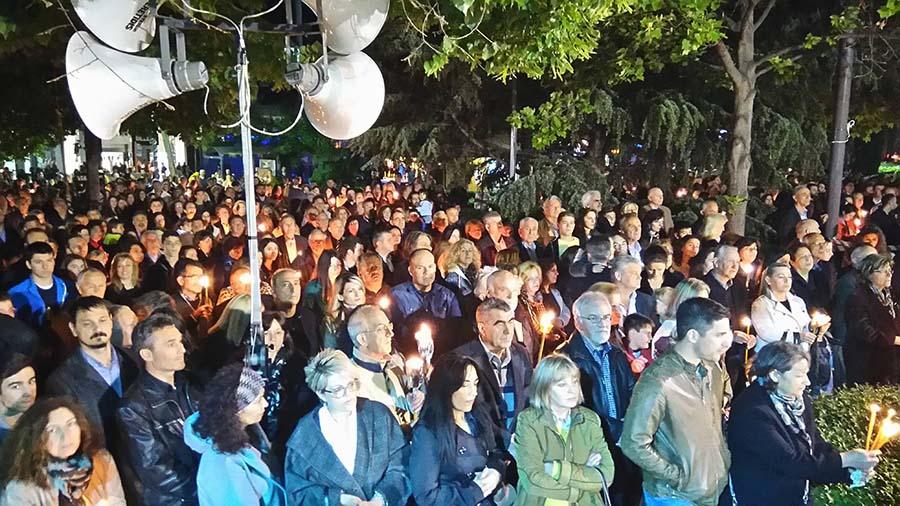 Χιλιάδες Λαρισαίων στην κεντρική πλατεία της πόλης για την κορύφωση του Θείου Δράματος (φωτό - video)
