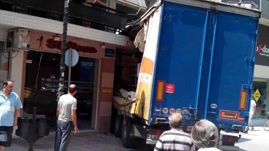 Απίστευτο: Νταλίκα παρέσυρε... μπαλκόνι στον Τύρναβο! (φωτό)