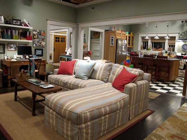 NBC Parenthood Photo from Hooked on House (http://hookedonhouses.net/2011/04/24/the-braverman-family-homes-on-parenthood/)