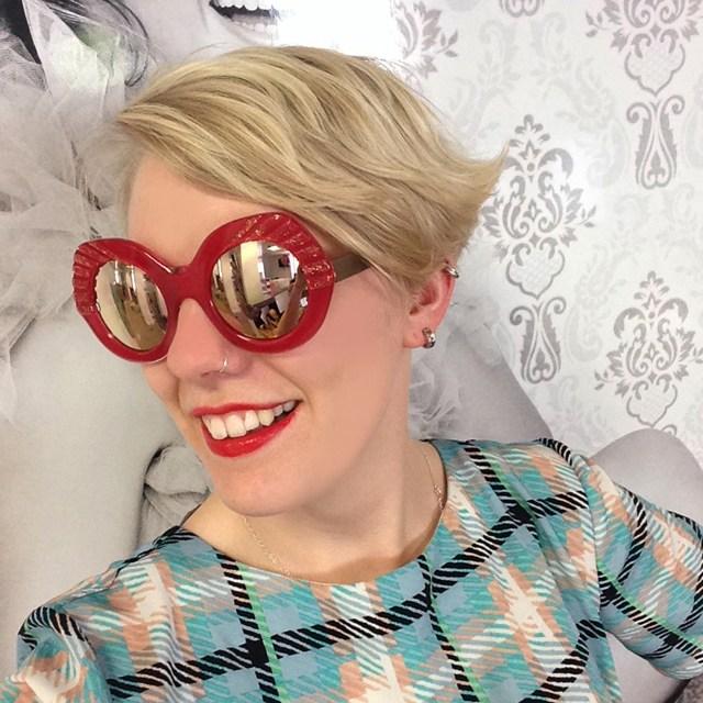 نظارات تتناسب مع لون الشفاة الأحمر الداكن
