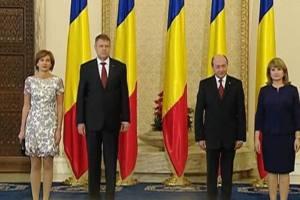 """Soția lui Iohannis CRITICATĂ pentru rochia """"prea scurtă"""". A greșit Carmen ținuta?"""