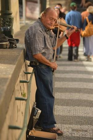 violinist on bridge