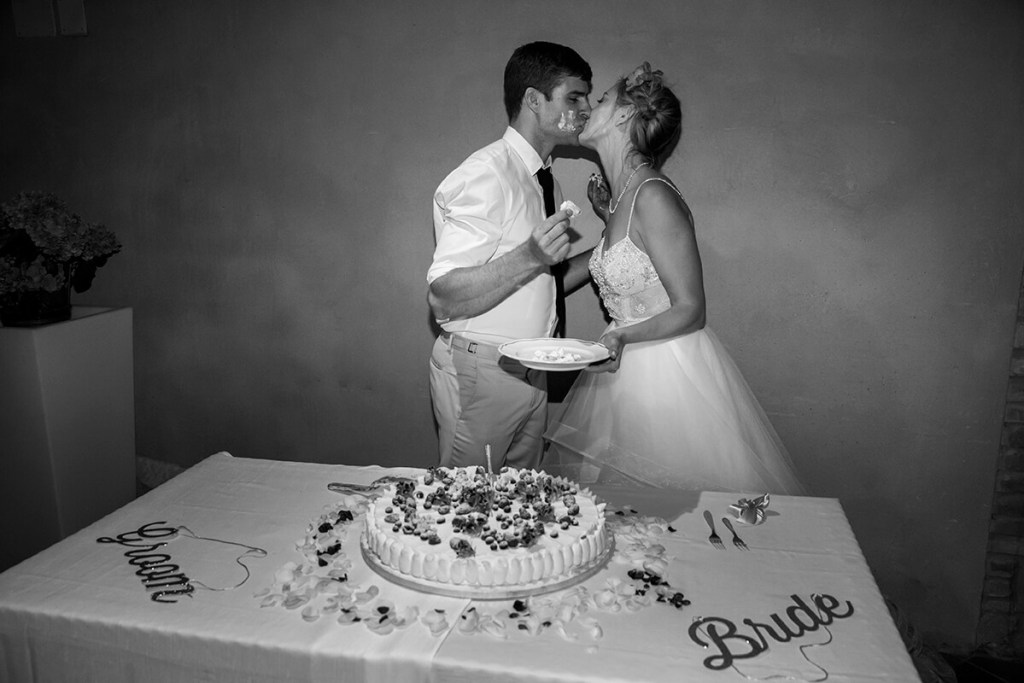 Lauren & Ben kiss after cutting the cake