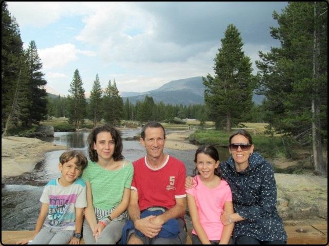 משפחת נחמקין עם קרוואן בדרום-מערב ארצות הברית
