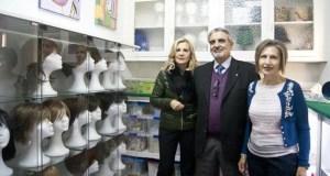 A AECC de Ourense estrea un banco de perrucas e pide doazóns para incrementalo