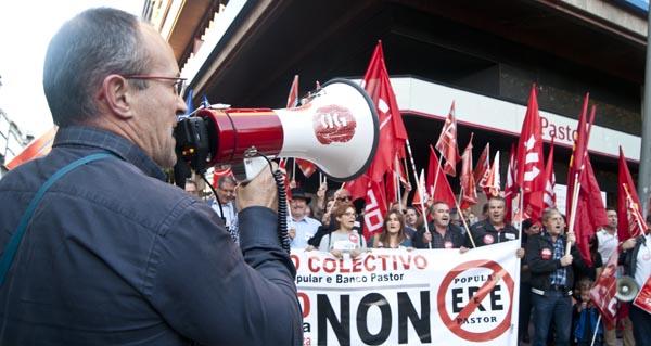 O plantel do Banco Pastor protesta en Ourense contra un ERE