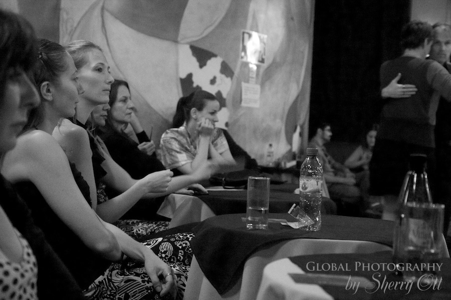 Women wait at Noche de Luna