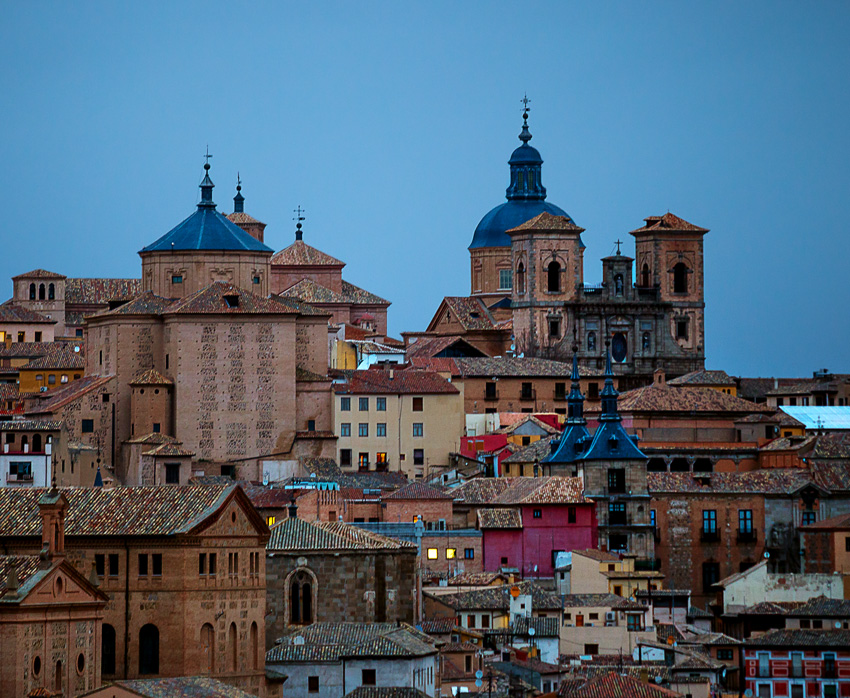 Cathedral de Toledo and surrounding buildings (Shutter speed: 1/25th of a second, Aperture: f/2.8; ISO 800, Focal length: 200 mm)
