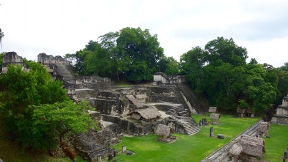 Guatemala, Tikal: Blick auf die nördliche Akropolis (Acropolis Norte)