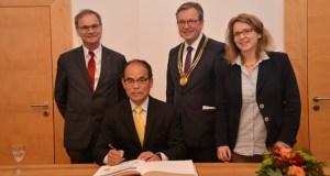 Nobelpreisträger der Physik trägt sich in Goldenes Buch der Stadt Paderborn ein