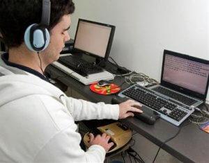 Accesibilidad de los medios digitales. Invidente usando el ordenador.