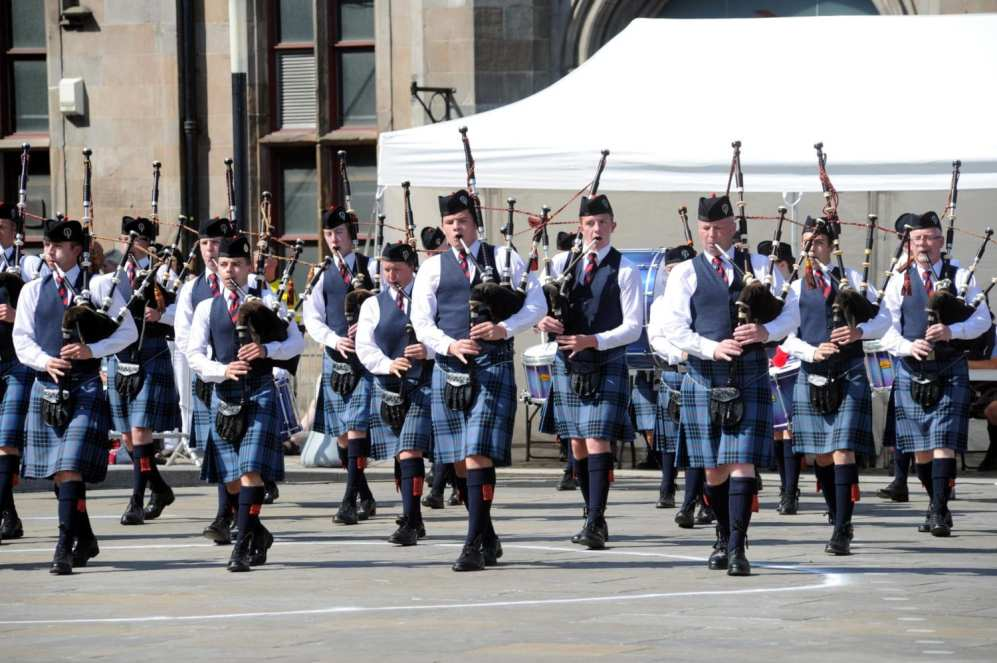 Pic five: Johnstone pipe band