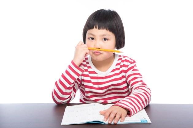 「宿題に飽きた小学生」の写真[モデル:ゆうき]