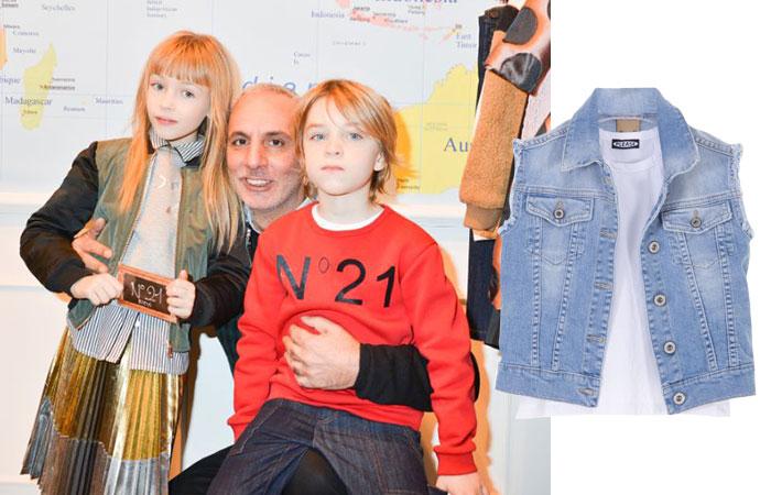 Alessandro Dell'Acqua tra due bimbi vestiti N°21 Kids e prodotto Please Kids {focus_keyword} Giochi di squadra N21 KIDS 1