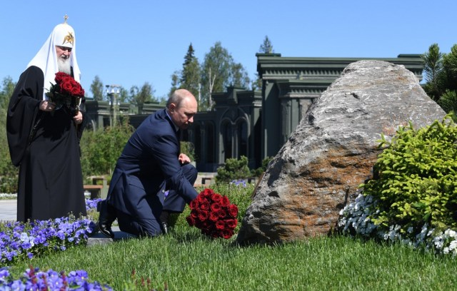 Russian President Vladimir Putin, accompanied by Orthodox Patriarch Kirill, lays flowers at a monument outside the Cathedral of the Armed Forces in a military theme park outside Moscow on June 22, 2020. (Photo by Alexey NIKOLSKY / SPUTNIK / AFP)