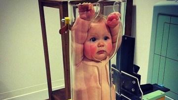 ¿Qué hace este bebé ahí dentro?